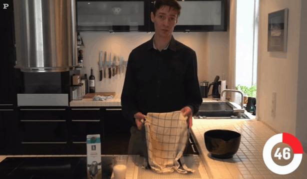 Michael René laver video for Politikens Tv om fjernelse af kaffe