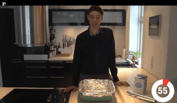 Michael René laver video for Politikens Tv om pudsning af sølvtøj